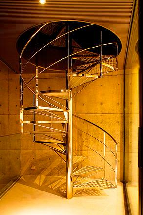 『N Residence』柔らかな光に満たされた二世帯住宅 (スタイリッシュな螺旋階段)