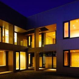中庭-夜景 (『N Residence』柔らかな光に満たされた二世帯住宅)