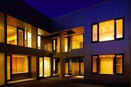 『N Residence』柔らかな光に満たされた二世帯住宅 (中庭-夜景)