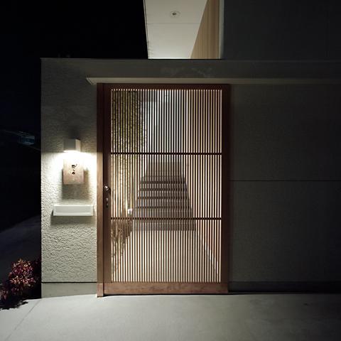 楽座坐の部屋 玄関前の格子戸