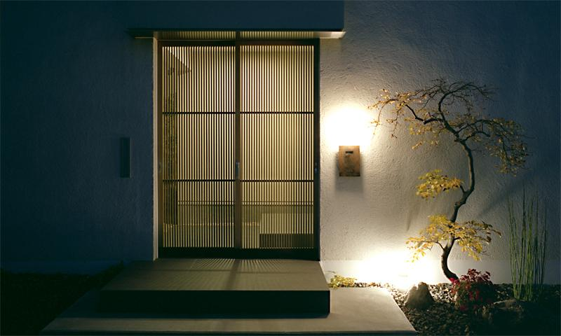 彩 庵の部屋 温もりのある木格子の玄関