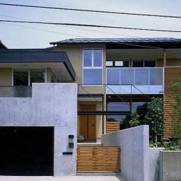 橋の架かる家 (RCガレージ、玄関アプローチ、庭の3つの要素が集中する外観)