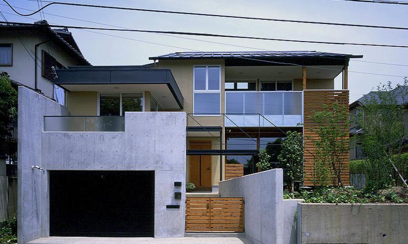 橋の架かる家の部屋 RCガレージ、玄関アプローチ、庭の3つの要素が集中する外観