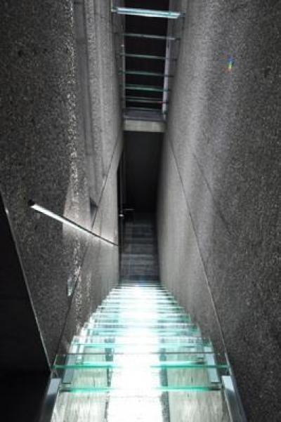 地階迄光を導くガラスの階段 (ステップテラスの家 La Casa della Terrazza Scalinata -by mcja)