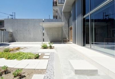 囲み庭の家 La Casa col Cortiletto Interno -by mcja (アプローチに連続する庭園)