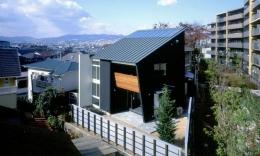 玄の家 (片流れ屋根のモダンな外観)