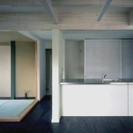 玄の家 (リビングからキッチン、和室を眺める)