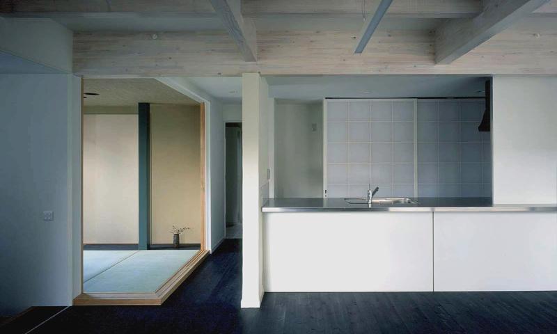 玄の家の写真 リビングからキッチン、和室を眺める