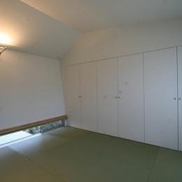 マルハノキの家 (収納たっぷりの地窓のある和室)