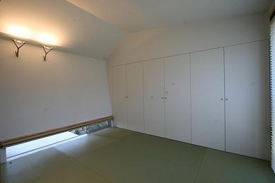 マルハノキの家の部屋 収納たっぷりの地窓のある和室