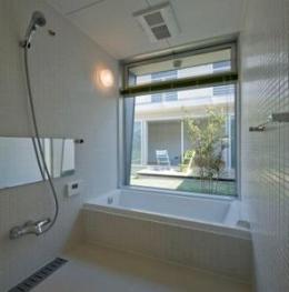 マルハノキの家 (大きな窓のある開放的なバスルーム)