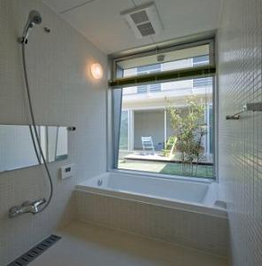 マルハノキの家の部屋 大きな窓のある開放的なバスルーム