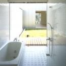 中庭の家の写真 開放的なバスルーム