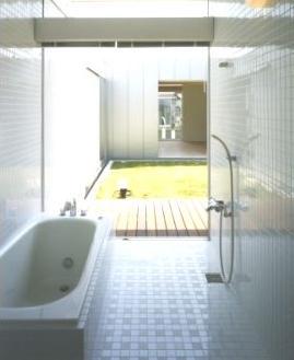 中庭の家の部屋 開放的なバスルーム