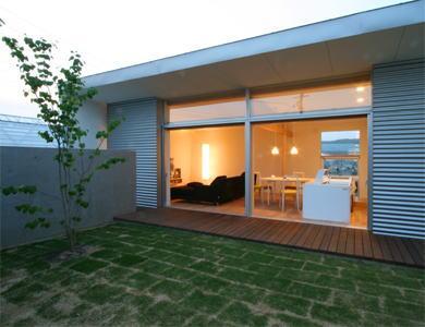 中庭の家の部屋 リビングと繋がる開放的な中庭