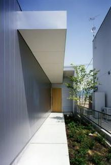 中庭の家の部屋 長いアプローチの玄関