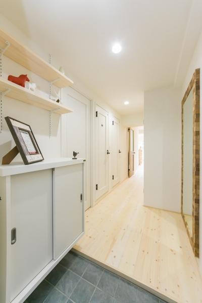 大きな鏡のある玄関② (自然素材&室内窓のある暮らし。)