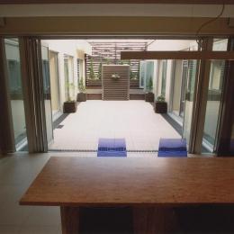 中庭が見えるダイニング (2世帯住宅)