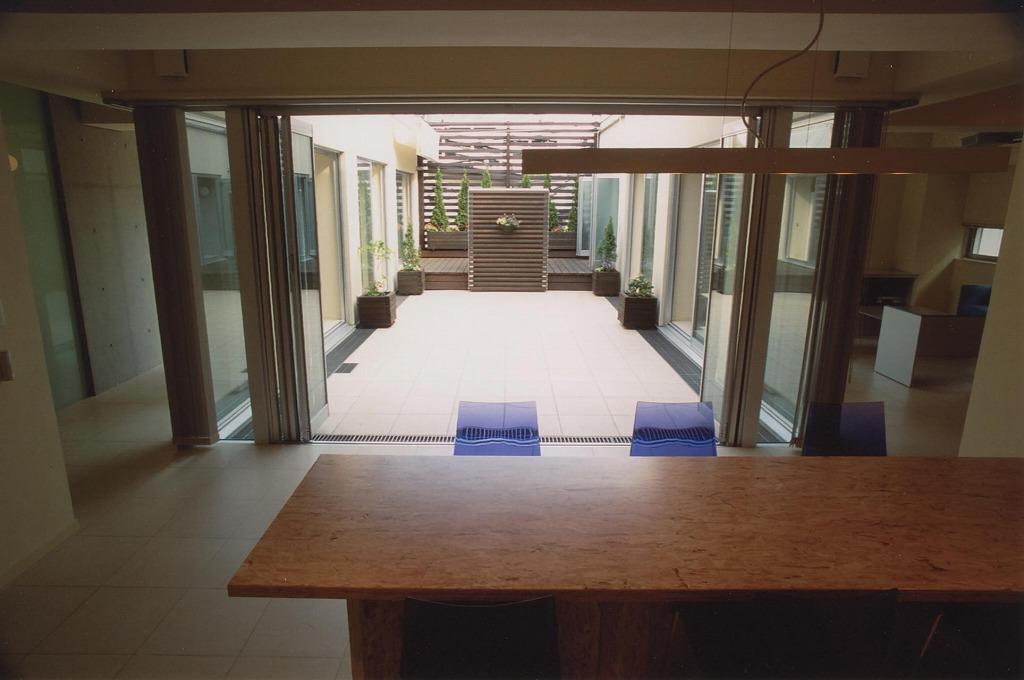 2世帯住宅の部屋 中庭が見えるダイニング