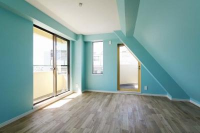 ターコイズブルーとホワイトの部屋 (カラフルなクロスで彩ったこだわりの空間)