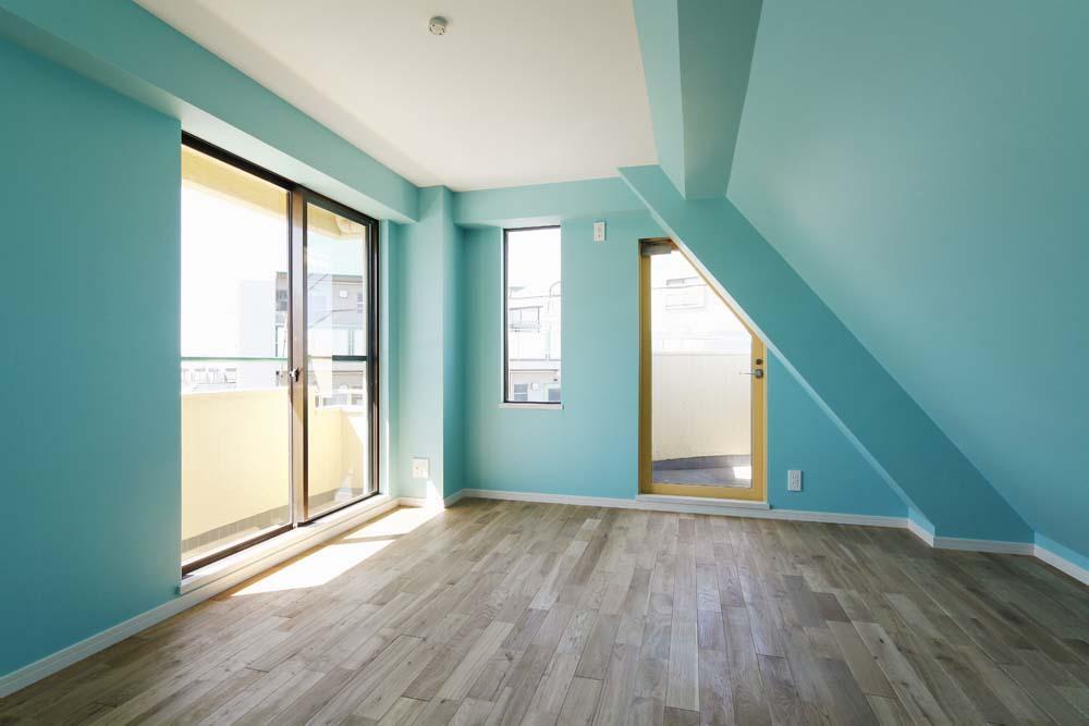 カラフルなクロスで彩ったこだわりの空間の部屋 ターコイズブルーとホワイトの部屋