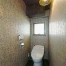 カラフルなクロスで彩ったこだわりの空間の写真 トイレ