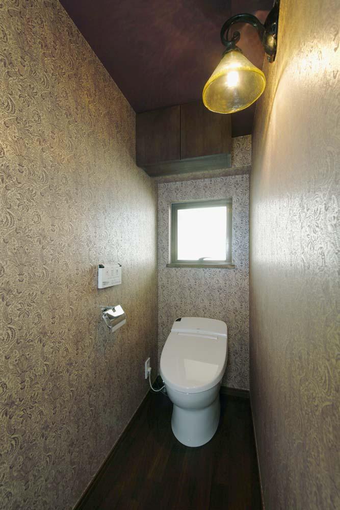 カラフルなクロスで彩ったこだわりの空間の部屋 トイレ