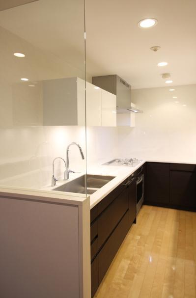 キッチンを明るくスタイリッシュにの部屋 ガラスパティーションで仕切っているキッチン