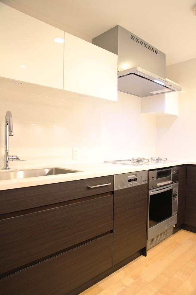 キッチンを明るくスタイリッシュにの部屋 収納たっぷりのキッチン