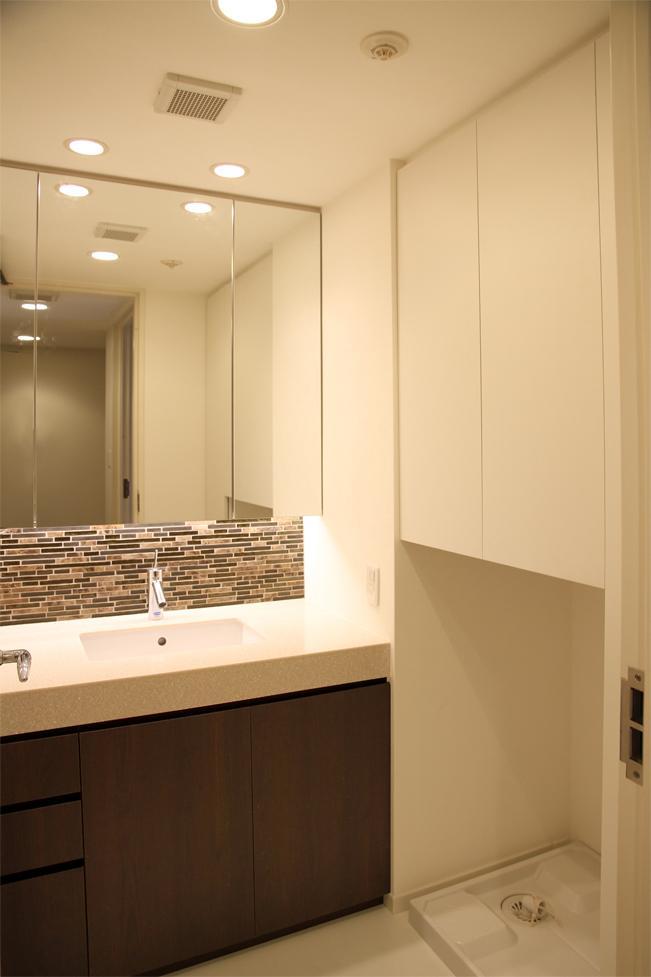 キッチンを明るくスタイリッシュにの部屋 ボーダータイルがアクセントの洗面台