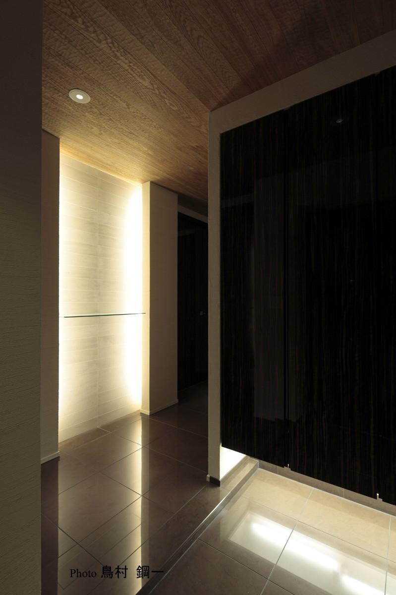 スタイリッシュな空間にの部屋 黒を基調とした玄関