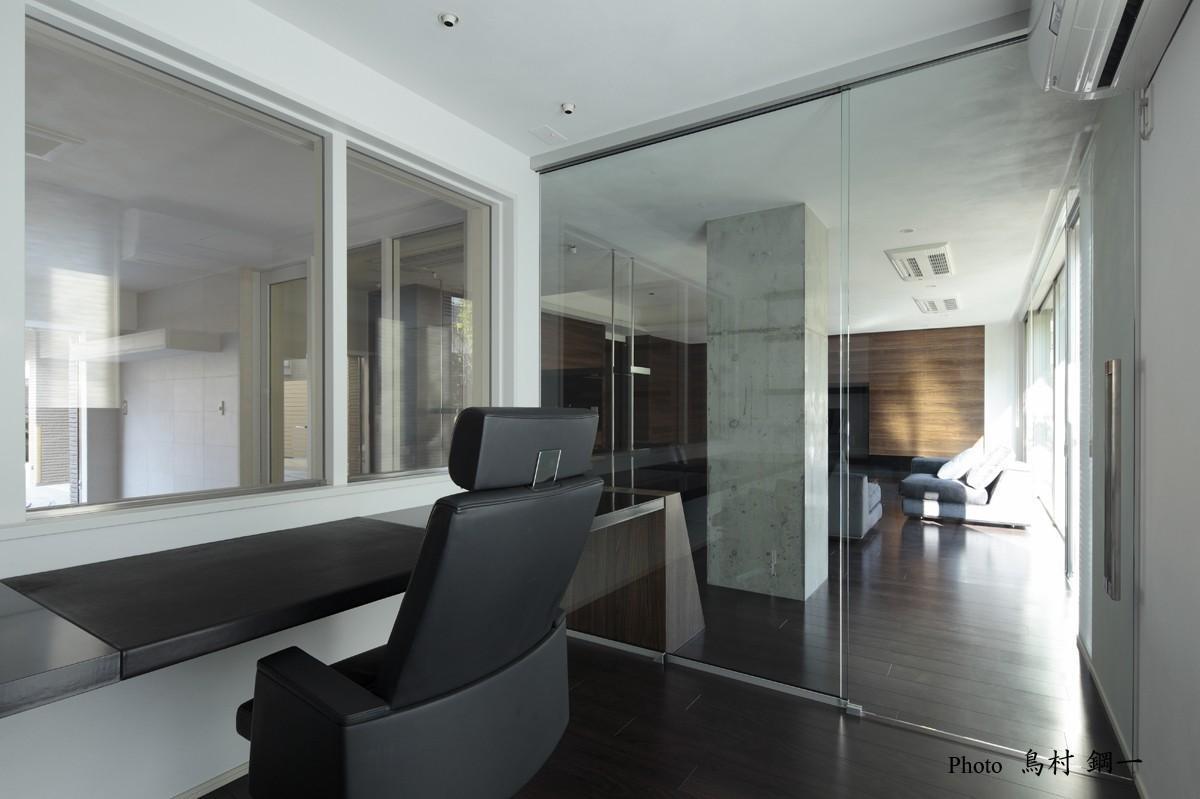 スタイリッシュな空間にの部屋 ガラス張りの書斎