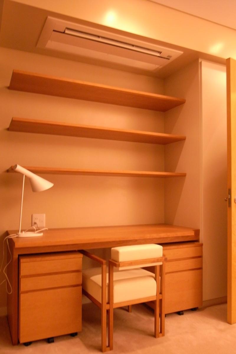 リビングにサンル-ムをの部屋 造作棚のある書斎