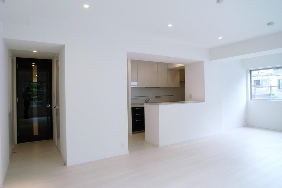 壁も床も白くさわやかに (白を基調としたリビングダイニング)