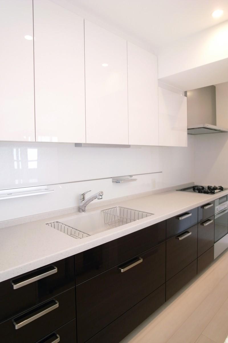 壁も床も白くさわやかにの写真 機能的なキッチン