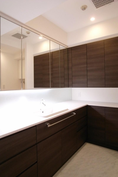 壁も床も白くさわやかに (広々とした洗面室)
