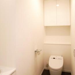 壁も床も白くさわやかに (シンプルな白いトイレ)