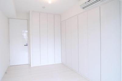 壁も床も白くさわやかに (寝室の収納)