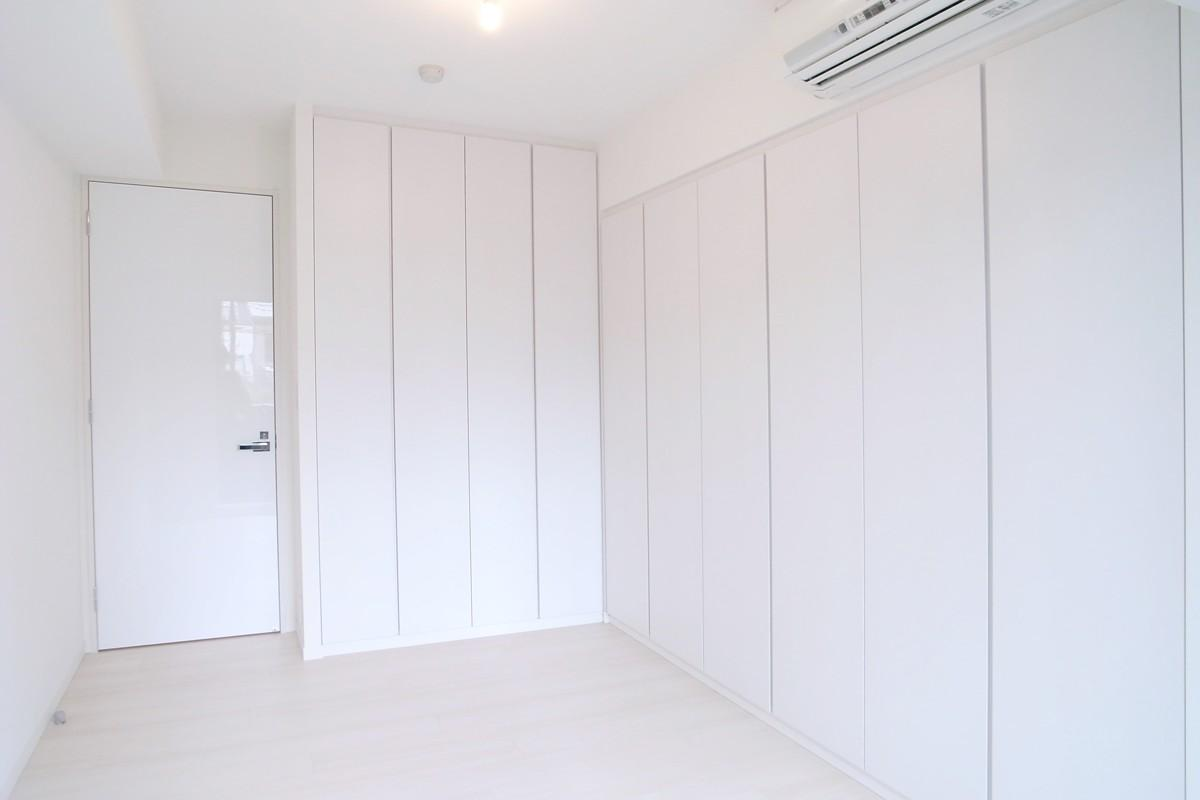 壁も床も白くさわやかにの写真 寝室の収納