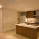 動きやすさや収納力を重視したキッチン (専有面積200m2のビンテージマンションフルリフォーム)