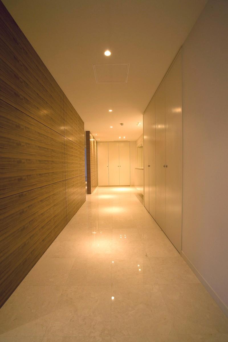 専有面積200m2のビンテージマンションフルリフォーム (収納の多い廊下)