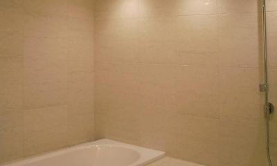レインシャワーのバスルーム|あたたかみある素材と照明
