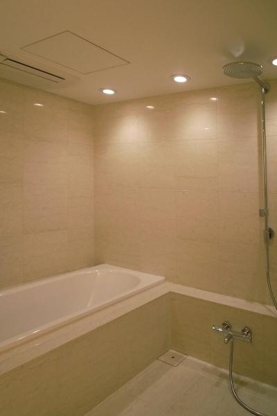あたたかみある素材と照明 (レインシャワーのバスルーム)