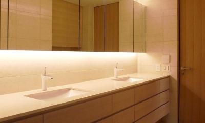 あたたかみある素材と照明 (ダブルボウルのある洗面室)