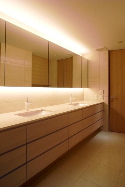 ダブルボウルのある洗面室 (あたたかみある素材と照明)