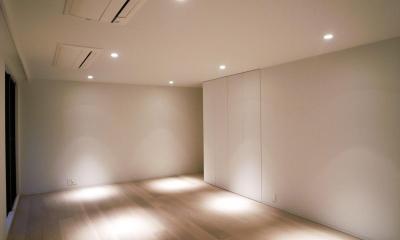 あたたかみある素材と照明 (スポットライトが明るく照らす寝室)