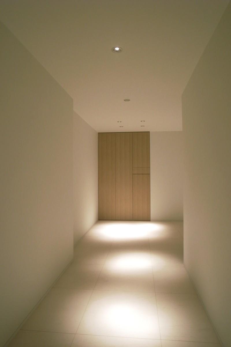 あたたかみある素材と照明の写真 白を基調としたエントランス