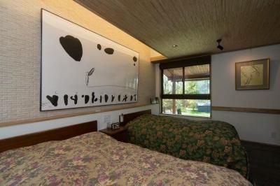 『~つなげる~ヘヤ』 (天井を低くおさえた落ち着きのある寝室)