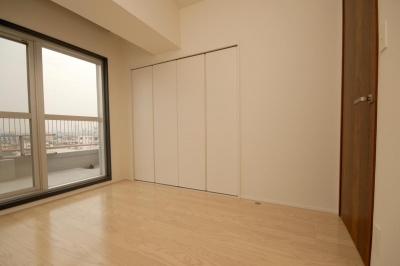 築42年のマンションをデザインを重視しつつバリアフリーに (明るい寝室)
