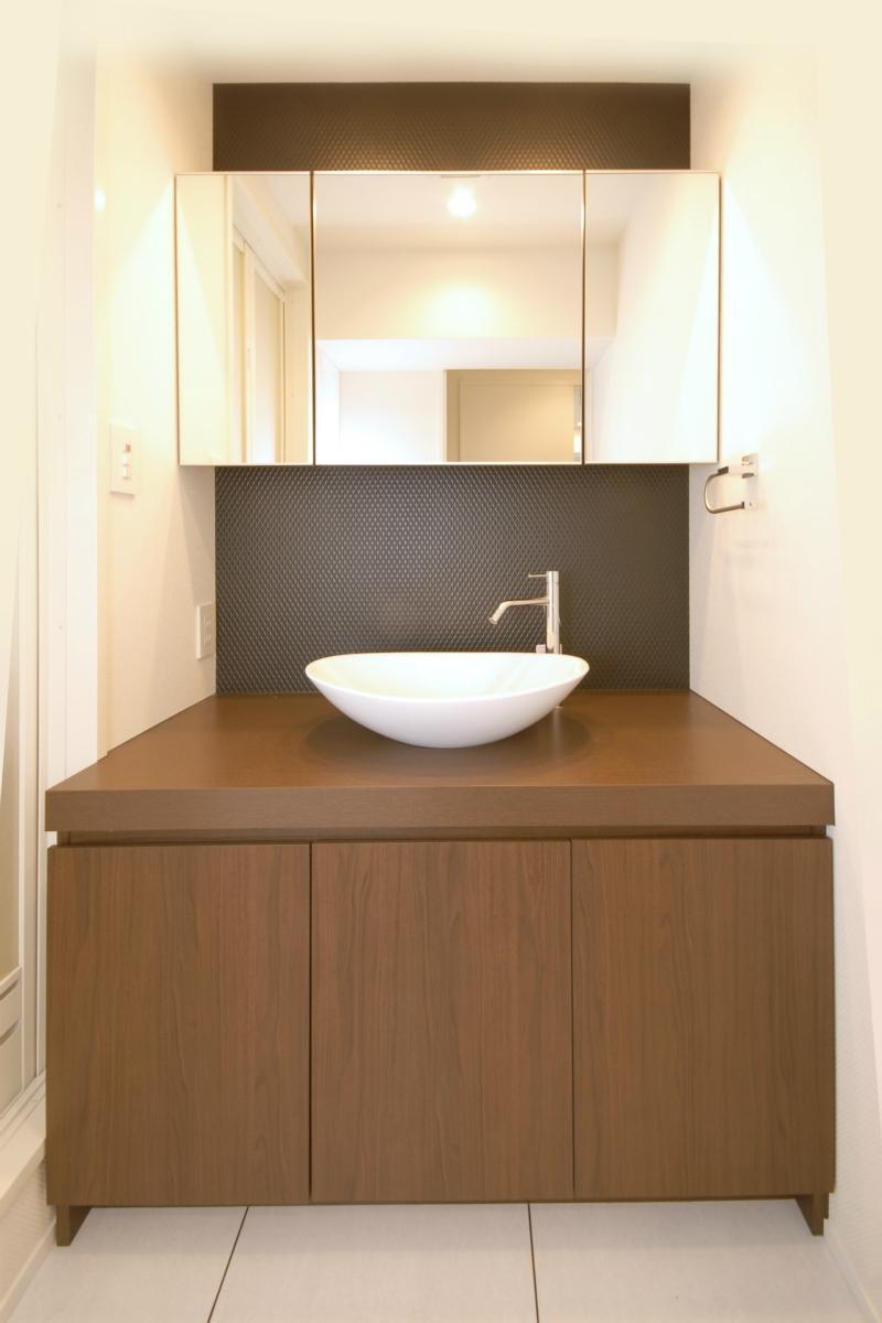 築42年のマンションをデザインを重視しつつバリアフリーに (コンパクトな洗面台)
